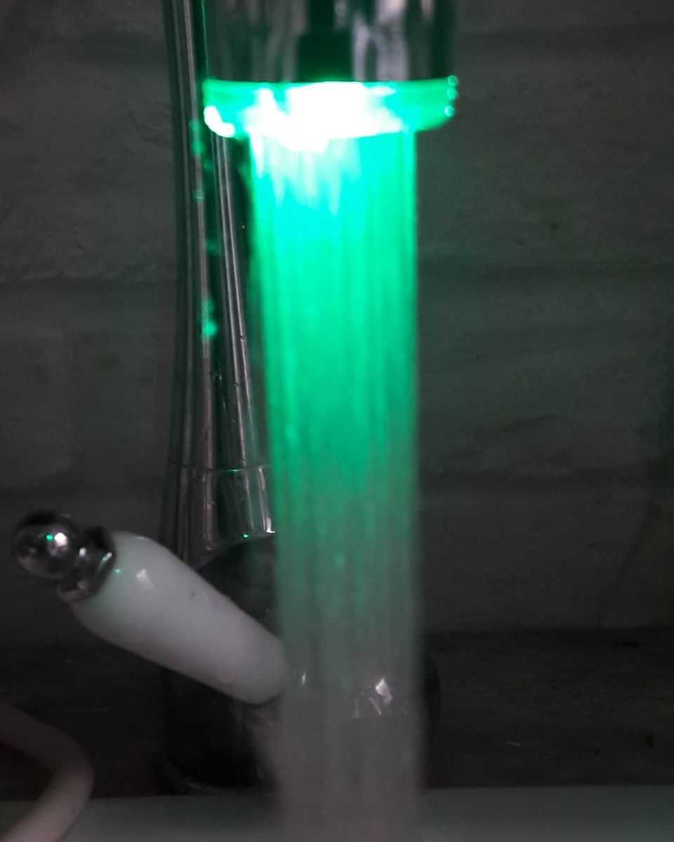 Intelligenter Wasserhahn grün